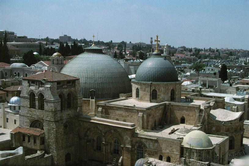 Kopuła góruje nad Kaplicą Grobu Pańskiego, której powierzchnia wynosi zaledwie 5 metrów kwadratowych. Budynek wznieśli na początku XI wieku przede wszystkim Bizantyjczycy oraz krzyżowcy /East News