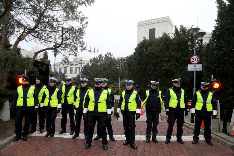 Kordon policji przed Sejmem, zdj. z 16 grudnia 2016 /Tomasz Radzik /East News