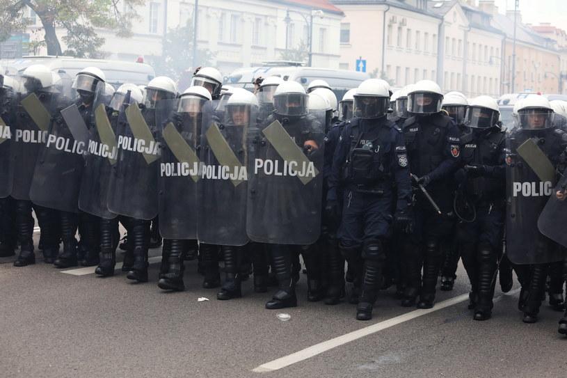 Kordon policyjny rozdzielający uczestników i przeciwników I Marszu Równości w Białymstoku /Artur Reszko /PAP