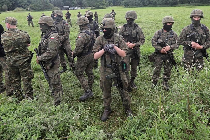 Kordon Straży Granicznej i wojska w pobliżu miejscowości Usnarz Górny /Artur Reszko /PAP