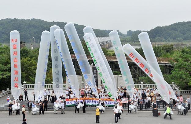 Korea Płd. prowadzi akcję zrzucania z balonów ulotek /AFP