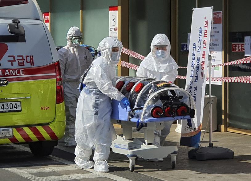 Korea Płd.: Ratownicy medyczni przywieźli pacjenta do szpitala w Daegu /AP /East News