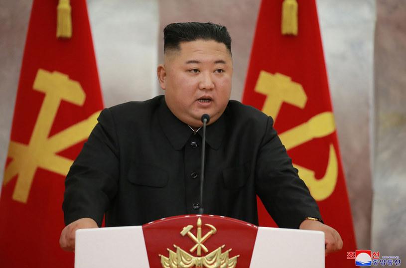 Korea Północna Kim Dzong Una buduje okręt podwodny zdolny do wystrzeliwania pocisków z głowicami jądrowymi /STR /East News