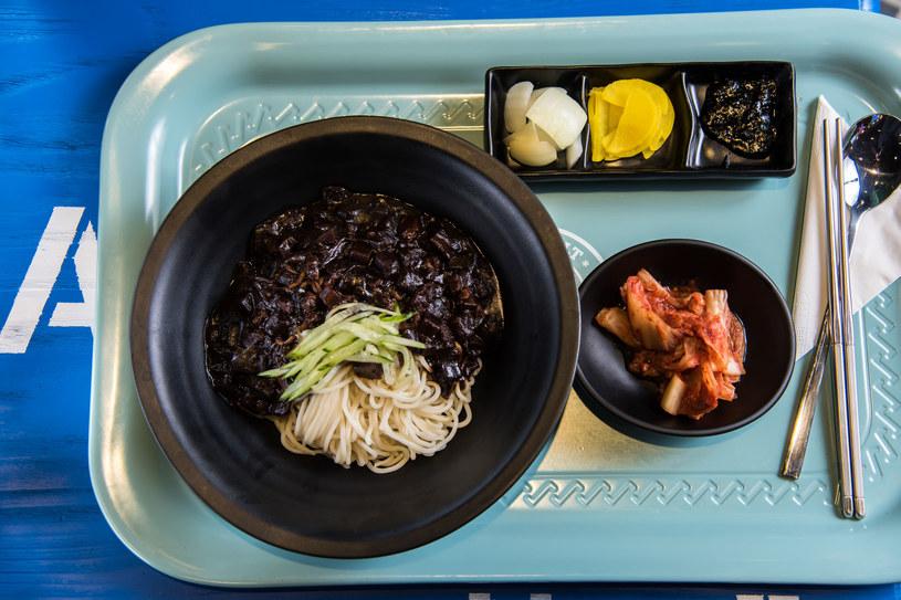 Koreańczycy nie używają bambusowych pałeczek, wolą te ze stali nierdzewnej /©123RF/PICSEL