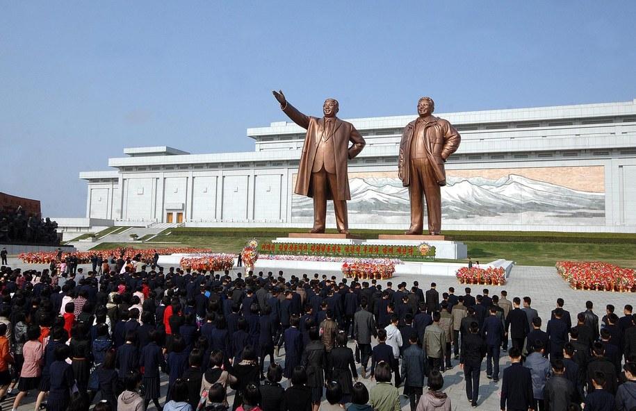 Koreańczycy przed pomnikami Kim Ir Sena i Kim Dzong Ila / EPA/KCNA  /PAP/EPA