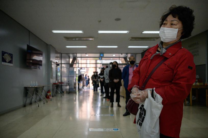 Koreanka w kolejce do głosowania w lokalu wyborczym, 15 kwietnia 2020 /ED JONES/AFP /AFP