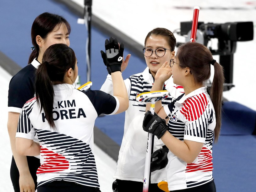 Koreanki powalczą o medale w curlingu /PAP/EPA