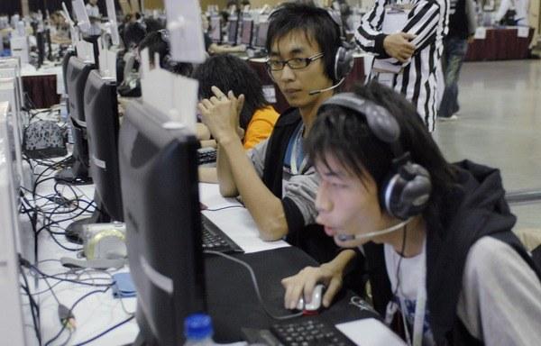 Koreańscy gracze często wczuwają się w swoje ulubione gry do tego stopnia, że zapominają o życiu /AFP