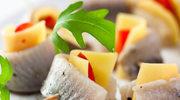 Koreczki śledziowe z serem żółtym