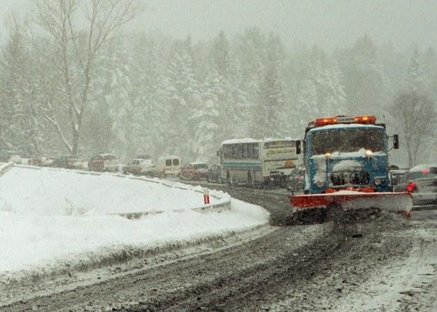 Korki na zakopiance z powodu silnych opadów śniegu /Andrzej Iwańczuk /Reporter