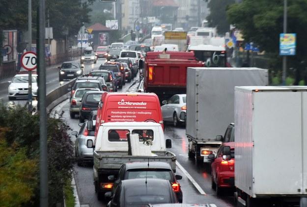 """""""Korkowa"""" codzienność Krakowa. Wiele z tych aut pochodzi z okolicznych miejscowości /Marek Lasyk  /Reporter"""