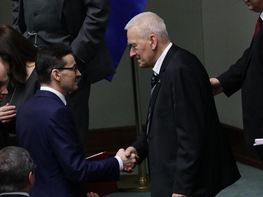 Kornel Morawiecki gratuluje synowi po wygłoszeniu expose /Tomasz Gzell /PAP