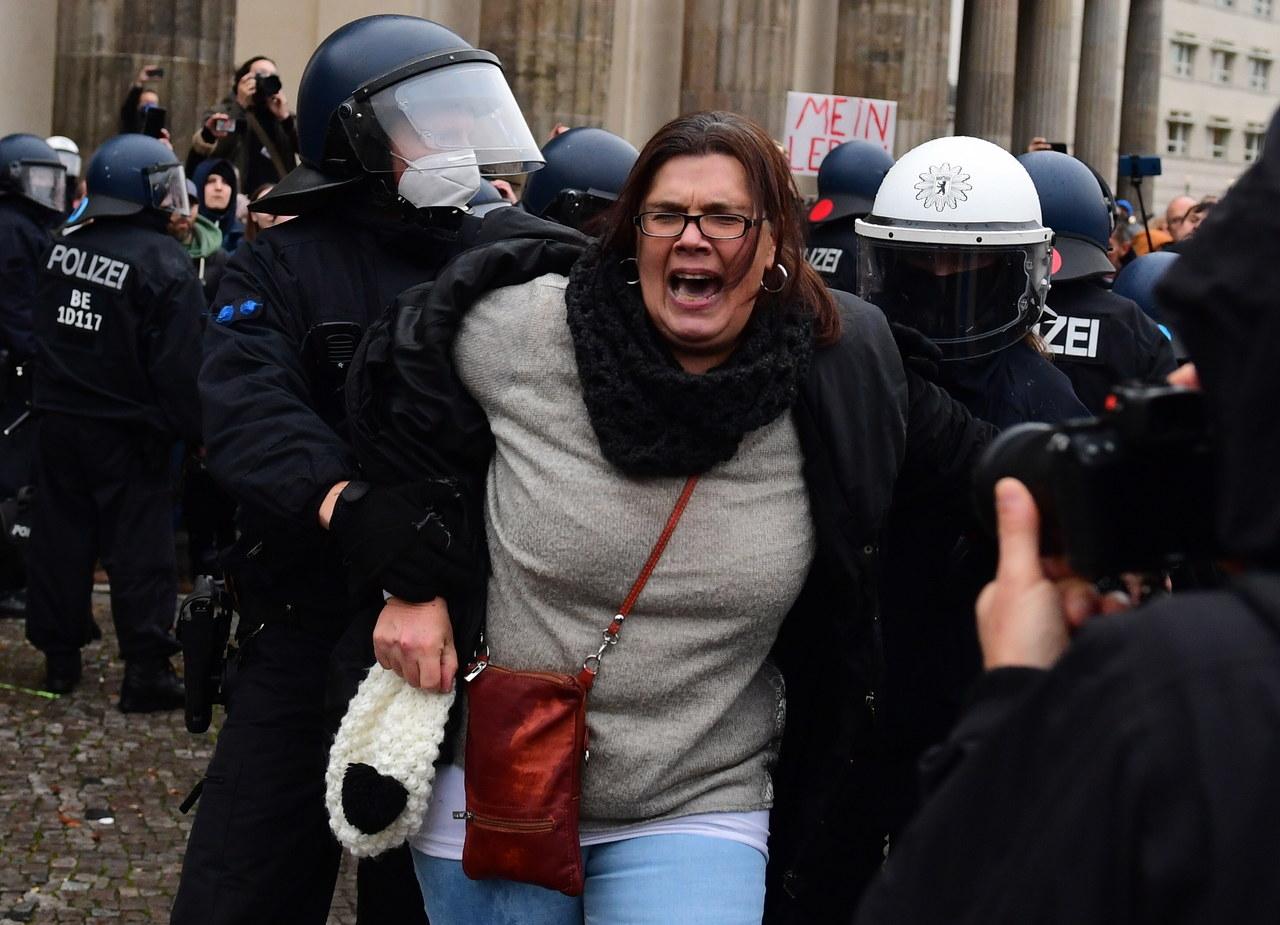 Koronasceptycy starli się z policją w Berlinie. Użyto armatek wodnych