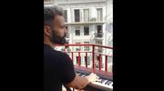 """Koronawirus. Imponująca wersja """"My Heart Will Go On"""" grana na balkonie podbiła świat"""