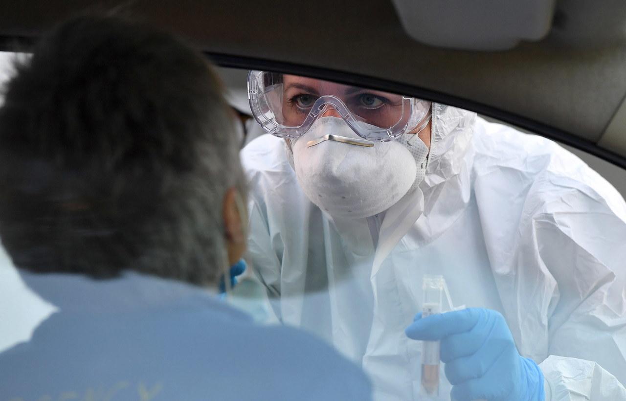 Koronawirus może utrzymywać się ze zewnętrznej warstwie maseczki nawet tydzień
