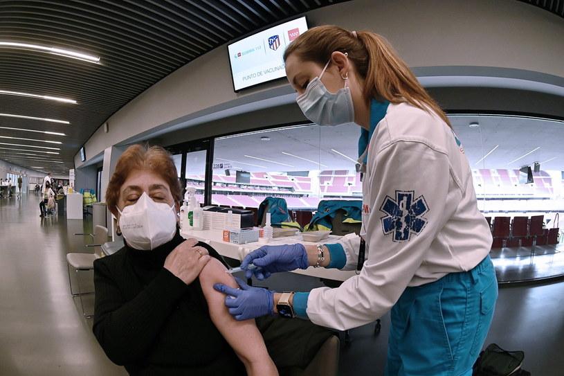 Koronawirus mutuje. Koncerny medyczne pracują nad ulepszeniem szczepionek /FERNANDO VILLAR /PAP/EPA
