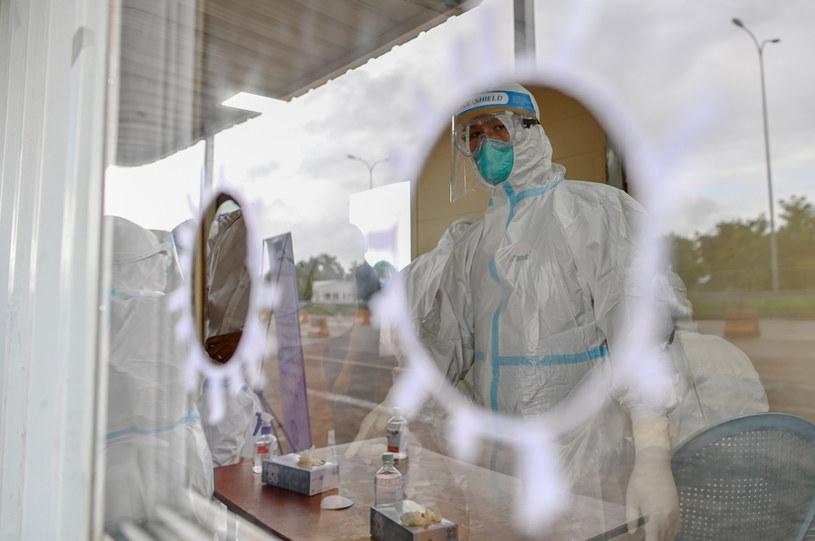 Koronawirus, pracownik medyczny w specjalnym kombinezonie ; zdj. ilustracyjne /AFP