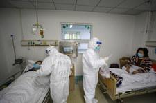 Koronawirus w Chinach. Część zwolnionych do domów pacjentów ponownie zachorowała