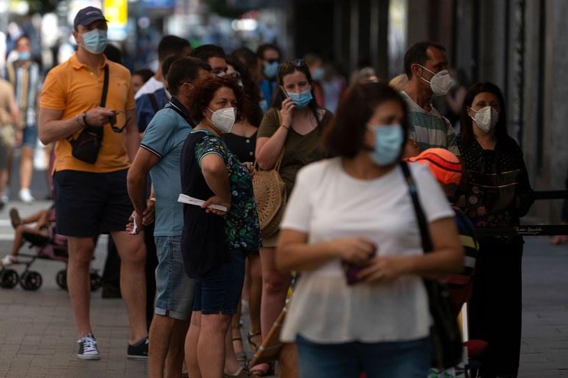 Koronawirus w Hiszpanii. Mieszkańcy z maseczkami. /AFP