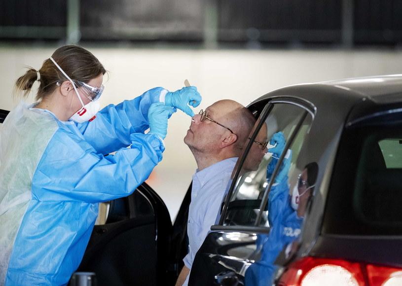 Koronawirus w Holandii. Test na koronawirusa /ROBIN VAN LONKHUIJSEN /PAP/EPA