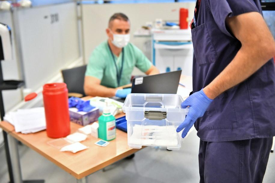 Koronawirus w Polsce. Akcja szczepień medyków w szpitalu tymczasowym na Stadionie Narodowym w Warszawie /Andrzej Lange /PAP