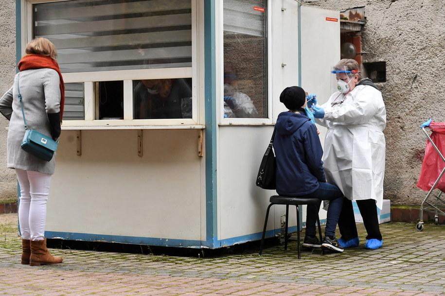 Koronawirus w Polsce. Badanie na obecność koronarwirusa przed szpitalem na Solcu w Warszawie /Piotr Nowak /PAP