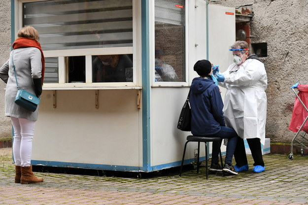 Koronawirus w Polsce. Będą pieniądze na wydłużenie pracy punktów poboru wymazów