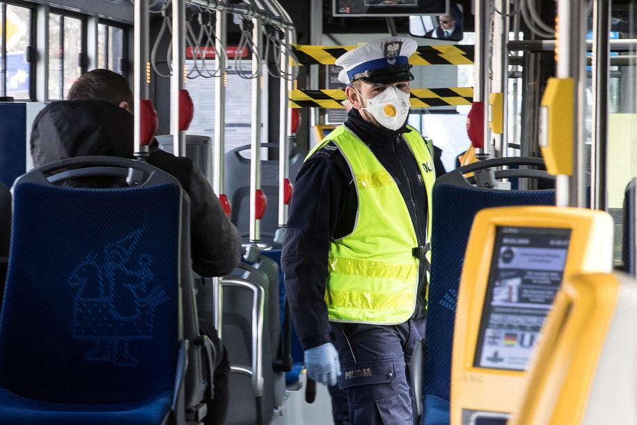 Koronawirus w Polsce. Funkcjonariusze policji w Krakowie, podczas kontroli ilości pasażerów podróżujących autobusami //Łukasz Gągulski /PAP