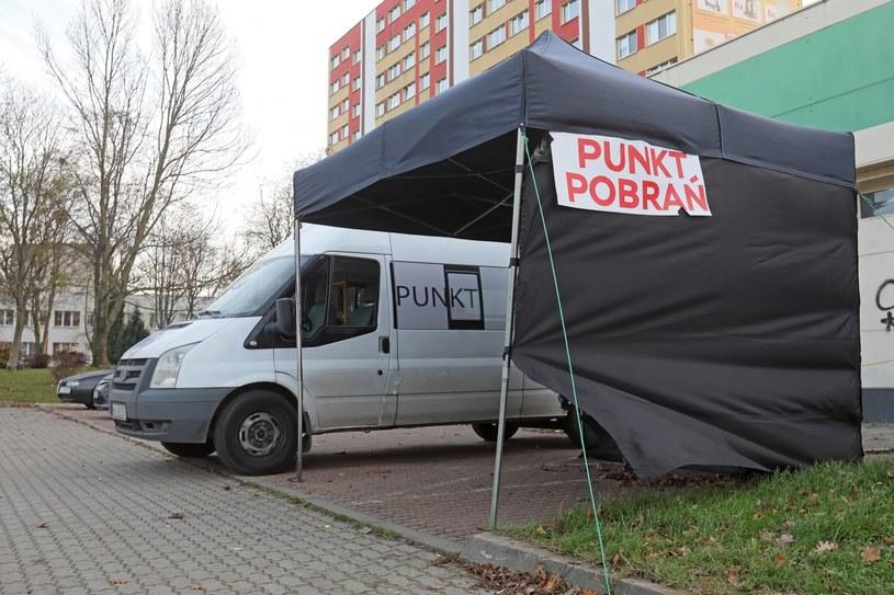 Koronawirus w Polsce. Jeden z nowych mobilnych punktów poboru wymazów do testów wykrywających koronawirusa, otwarty w Białymstoku / Artur Reszko    /PAP