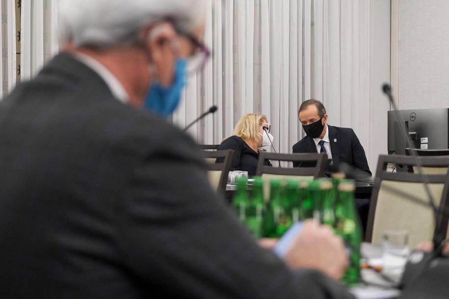 Koronawirus w Polsce. Marszałek Senatu Tomasz Grodzki oraz senator KO Agnieszka Gorgoń-Komor  podczas posiedzenia senackiej Komisji Zdrowia /Mateusz Marek /PAP/EPA