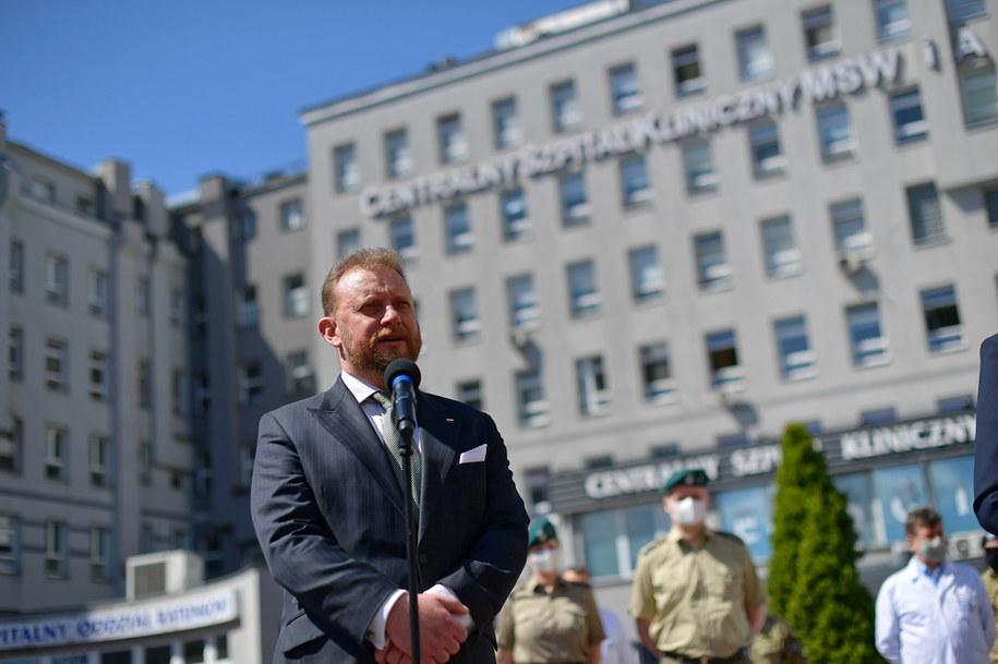 Koronawirus w Polsce. Minister zdrowia Łukasz Szumowski podczas konferencji prasowej przed szpitalem MSWiA przy ulicy Wołoskiej / Marcin Obara  /PAP/EPA