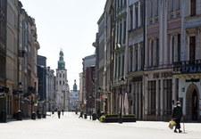 """<a href=""""https://wydarzenia.interia.pl/raporty/raport-koronawirus-chiny/polska/news-koronawirus-w-polsce-opustoszale-ulice-wielkich-miast,nId,4798675"""">Koronawirus w Polsce. Opustoszałe ulice wielkich miast</a> thumbnail  Warszawa: Motornicza w tramwaju zwróciła uwagę na brak maseczek. Została pobita 000ALIGGME392H9V C307"""
