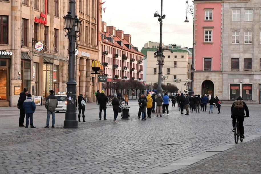 Koronawirus w Polsce. Osoby oczekujące w kolejce do całodobowego urzędu pocztowego / Maciej Kulczyński    /PAP