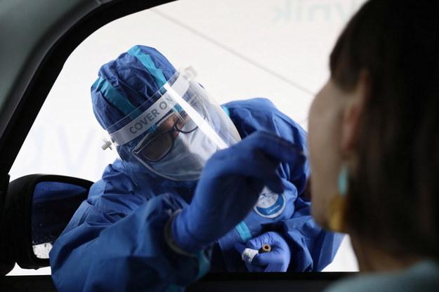 """Koronawirus w Polsce. Pobieranie wymazu do badania na obecność SARS-CoV-2 w specjalnym mobilnym punkcie pobrań typu """"Drive&Go-Thru"""" w Warszawie / Leszek Szymański    /PAP"""