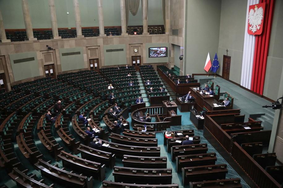Koronawirus w Polsce. Posłowie podczas głosowania w Sejmie /Wojciech Olkuśnik /PAP
