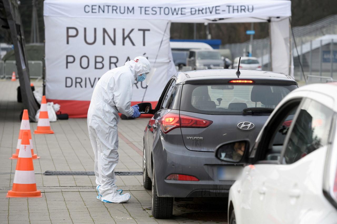 Koronawirus w Polsce. Prawie 500 zgonów i ponad 9 tys. nowych zakażeń [NOWE DANE]