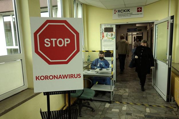 Koronawirus w Polsce. Selekcja pacjentów pod kątem możliwego zakażenia koronawirusem /Piotr Augustyniak /PAP