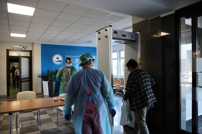 Koronawirus w Polsce. Specjalne bramki detekcyjne mierzą temperaturę ciała każdej osobie wchodzącej do Szpitala Wojewódzkiego w Gorzowie Wielkopolskim /Lech Muszyński /PAP