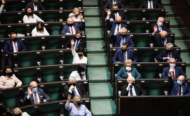 Koronawirus w Polsce. W nocnych głosowaniach Sejm odrzucił część poprawek Senatu do ustawy covidowej