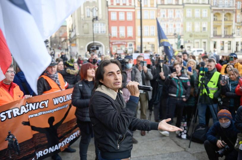 Koronawirus w Polsce. Wokalista Ivan Komarenko podczas protestu zorganizowanego przez przeciwników szczepień ze stowarzyszenia Stop NOP /Jakub Kaczmarczyk /PAP