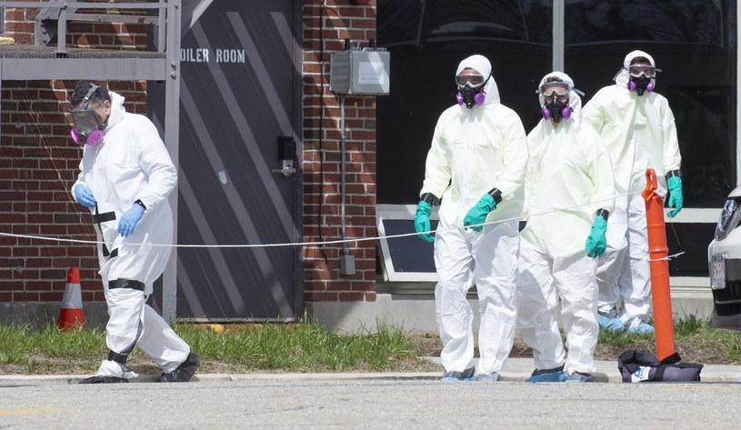 Koronawirus w USA. Ekipa dezynfekcyjna /CJ GUNTHER /PAP/EPA