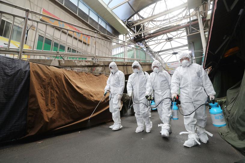 Koronawirus z chińskiego Wuhanu może wywoływać groźne dla życia zapalenie płuc /YONHAP   /AFP