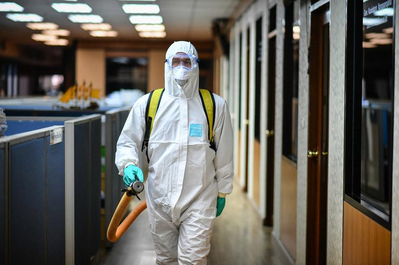 Koronawirusem bardzo łatwo zarazić się w biurze / Amphol Thongmueangluang/SOPA Images/LightRocket  /Getty Images