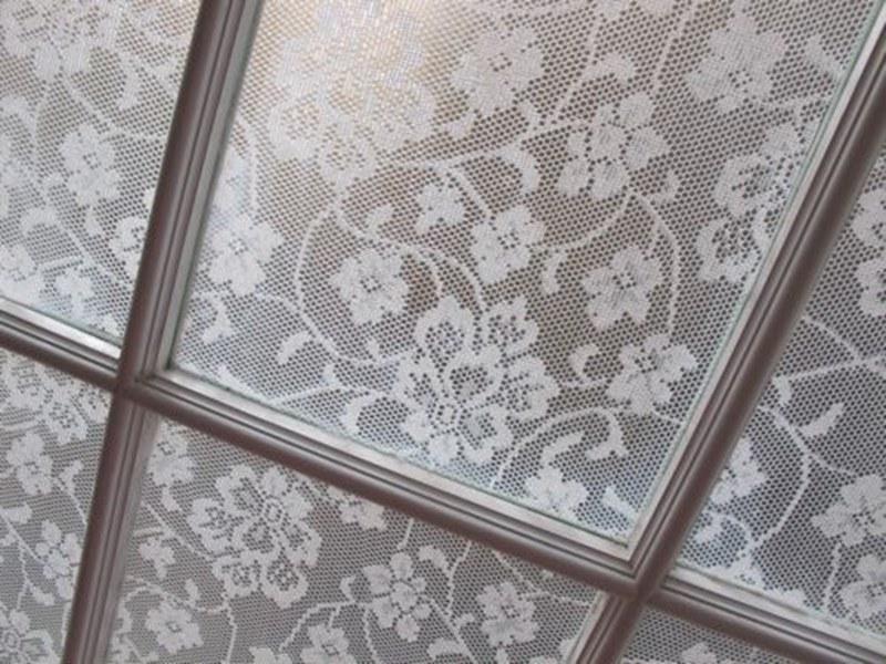koronka w oknie /© Photogenica