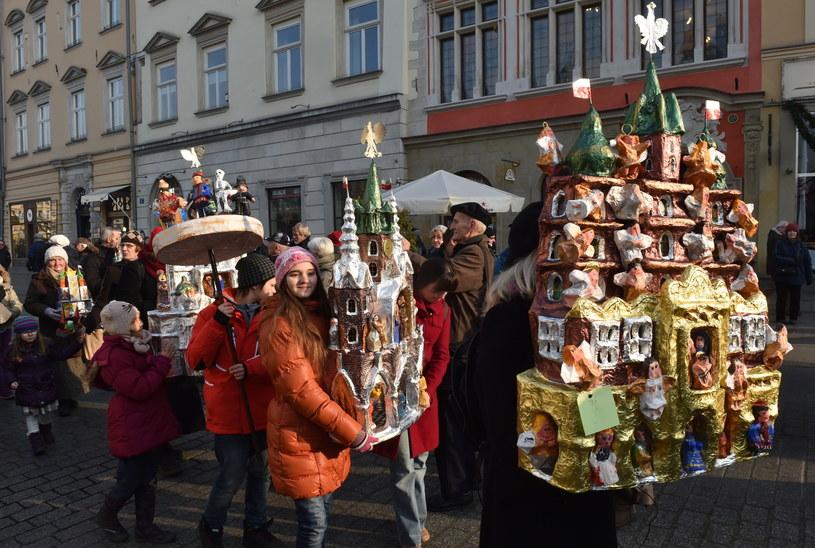 Korowód twórców szopek wokół krakowskiego Rynku Głównego /Jacek Bednarczyk /PAP