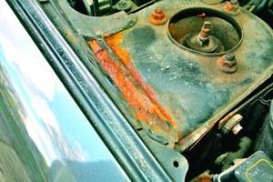 Korozja mocowań amortyzatorów - taki samochód jest niebezpieczny. /Motor
