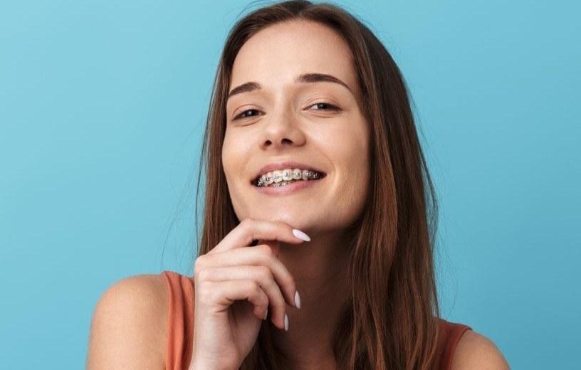 """""""Korzyści z leczenia ortodontycznego są bardzo szerokie i nie sprowadzają się jedynie do estetyki"""" - przekonuje ekspertka portalu """"Twoje Zdrowie"""" /Materiały prasowe"""