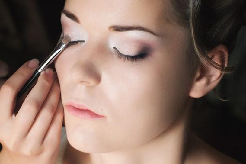 Korzystaj z cieni rozświetlających w jasnym kolorze. Aplikuj je w wewnętrznych kącikach oczu, pod najwyższym punktem łuku brwiowego i blisko linii rzęs /123RF/PICSEL