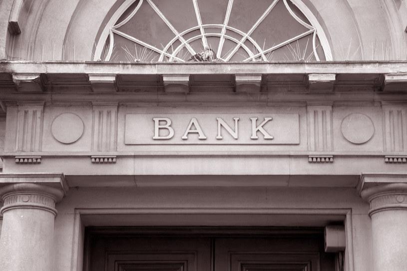 Korzystając z bankomatu własnego banku nie powinniśmy ponieść żadnych kosztów /123RF/PICSEL