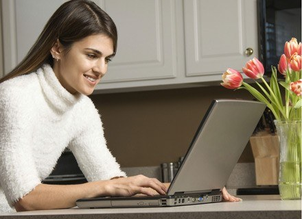 Korzystanie z internetowych wyszukiwarek uaktywnia ważne obszary mózgu /ThetaXstock